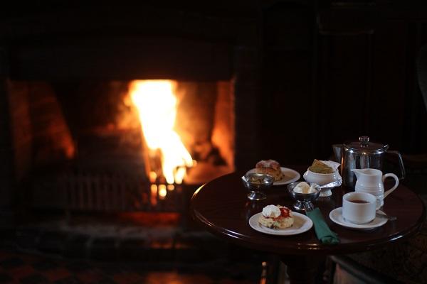 Mysigt-vid-en-sprakande-brasa-på-Bel-Air-Hotel-i-Irland