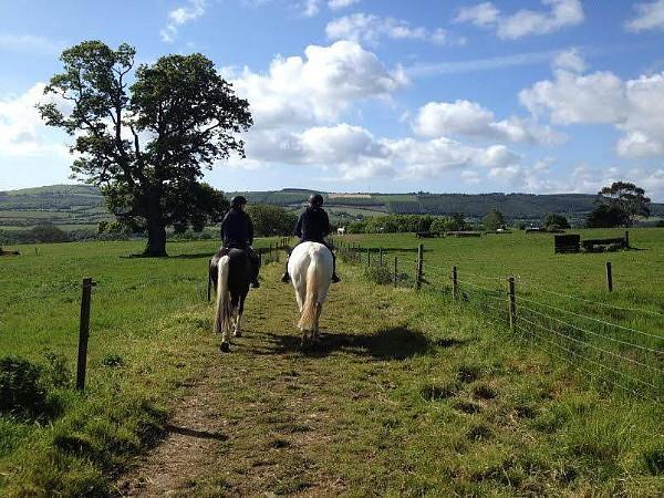 Njut-av-den-fantastiska-utsikten-på-din-ridsemester-i Irland,-Bel-Air-Equestrian-Centre